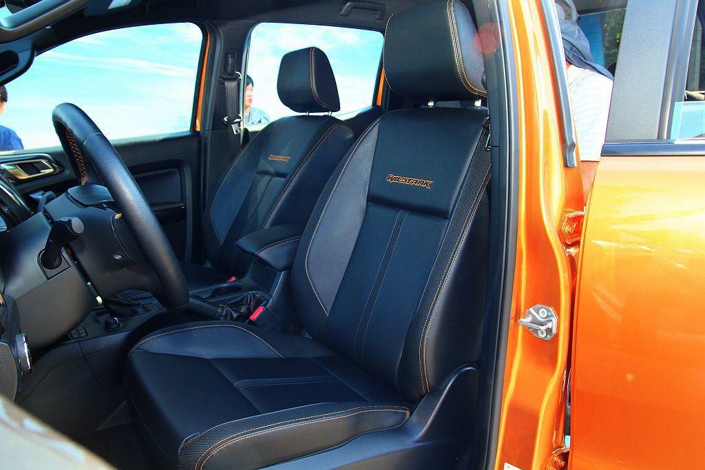 小改款Ford Ranger前座椅仍採雙色搭配,但和舊款車型的配置模式上有不小差...