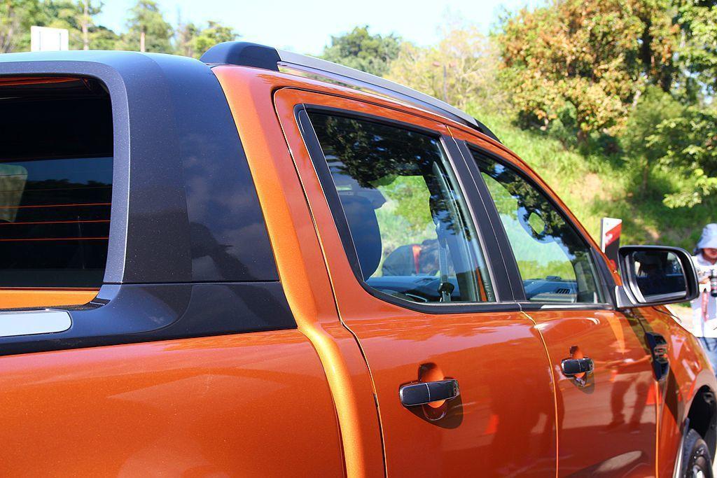 車輛B柱處新增隔音膠條以降低前後車門間孔隙,有效阻絕行駛中產生之風切聲。 記者張...