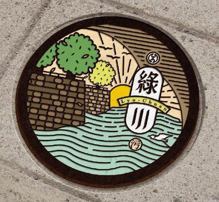 (圖/台灣旅行趣) ▲綠川水岸可愛的LOGO人孔蓋。