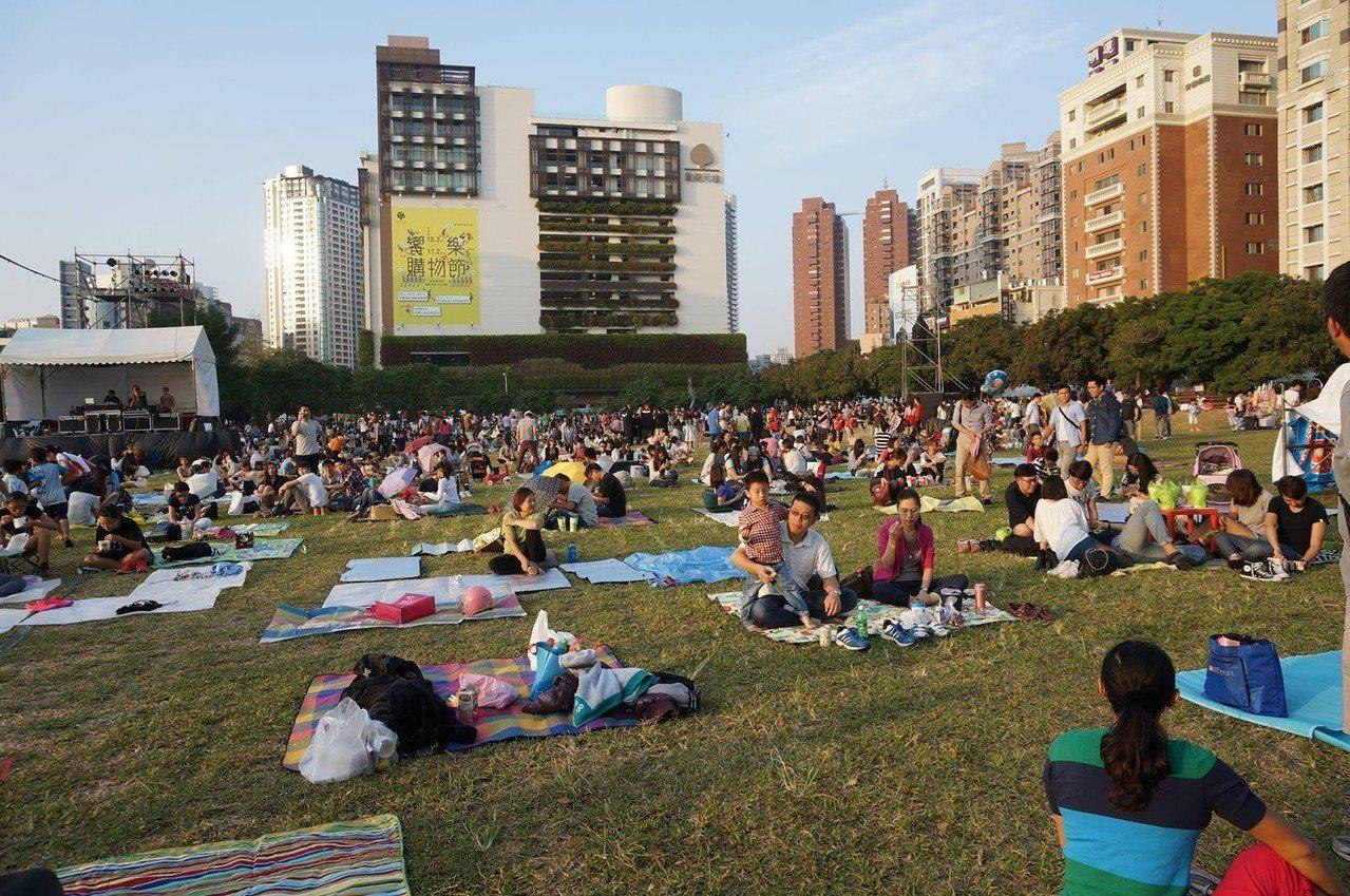 (圖/台灣旅行趣) ▲市民廣場上的大草原,時常舉辦音樂性質活動。