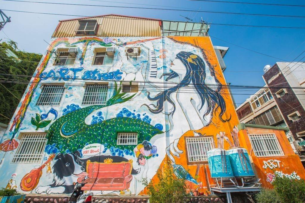 (圖/台灣旅行趣) ▲巷弄中的牆面、地板上皆看見藝術家的精心創作。