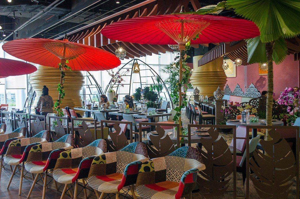 (圖/台灣旅行趣) ▲涼傘、叢林、花卉,就算在室內用餐也有滿滿的泰式風情