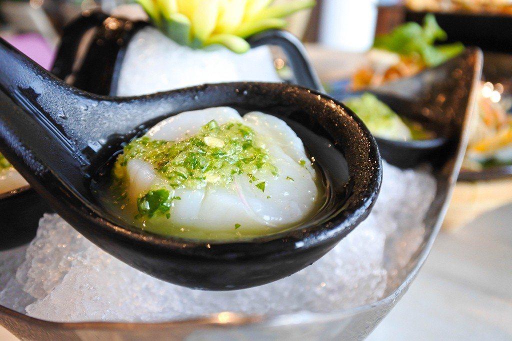 (圖/台灣旅行趣) ▲「酸辣生干貝」使用北海道特選的生食級干貝,淋上由檸檬、綠辣...