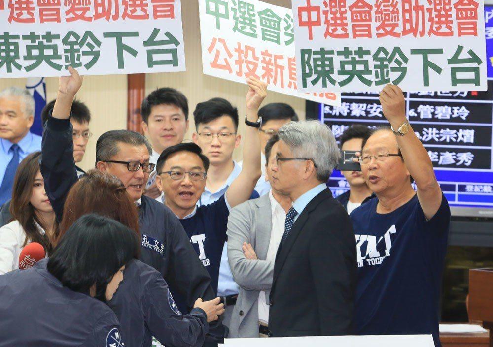 國民黨因公投連署書剔除爭議,和中選會槓上。 攝影/柯承惠