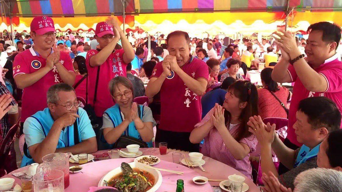 氣勢上升的林義豐(左三)能否再上層樓,成為台南選情熱議談資。 林義豐提供