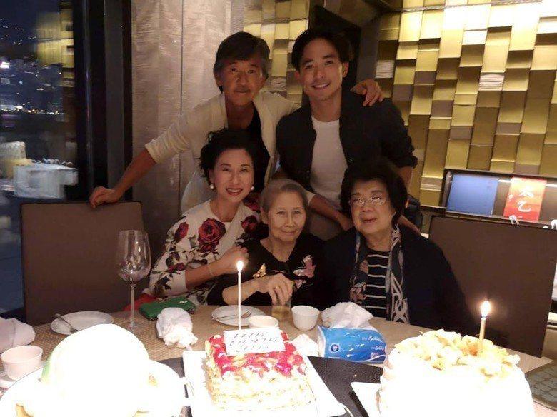 葉蒨文歡度57歲生日,林子祥和兒子及她的長輩一起陪伴慶祝。圖/摘自微博
