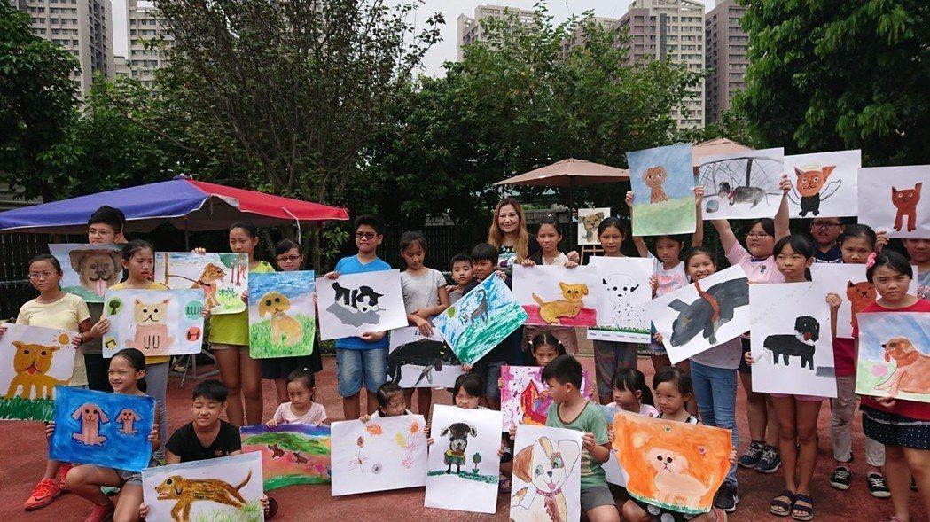 新北市動保處上個月9日在板橋動物之家舉辦寫真比賽,由女藝人張富美到場指導。圖/新...