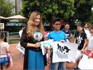 信義國小男學生蔡仲閔(右)的作品被張富美評為優等。圖/新北市動保處提供