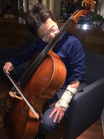 大提琴家張正傑在維也納摔傷造成左手骨折,他以鼻代左手按弦,為觀眾來段「左手受傷紀...
