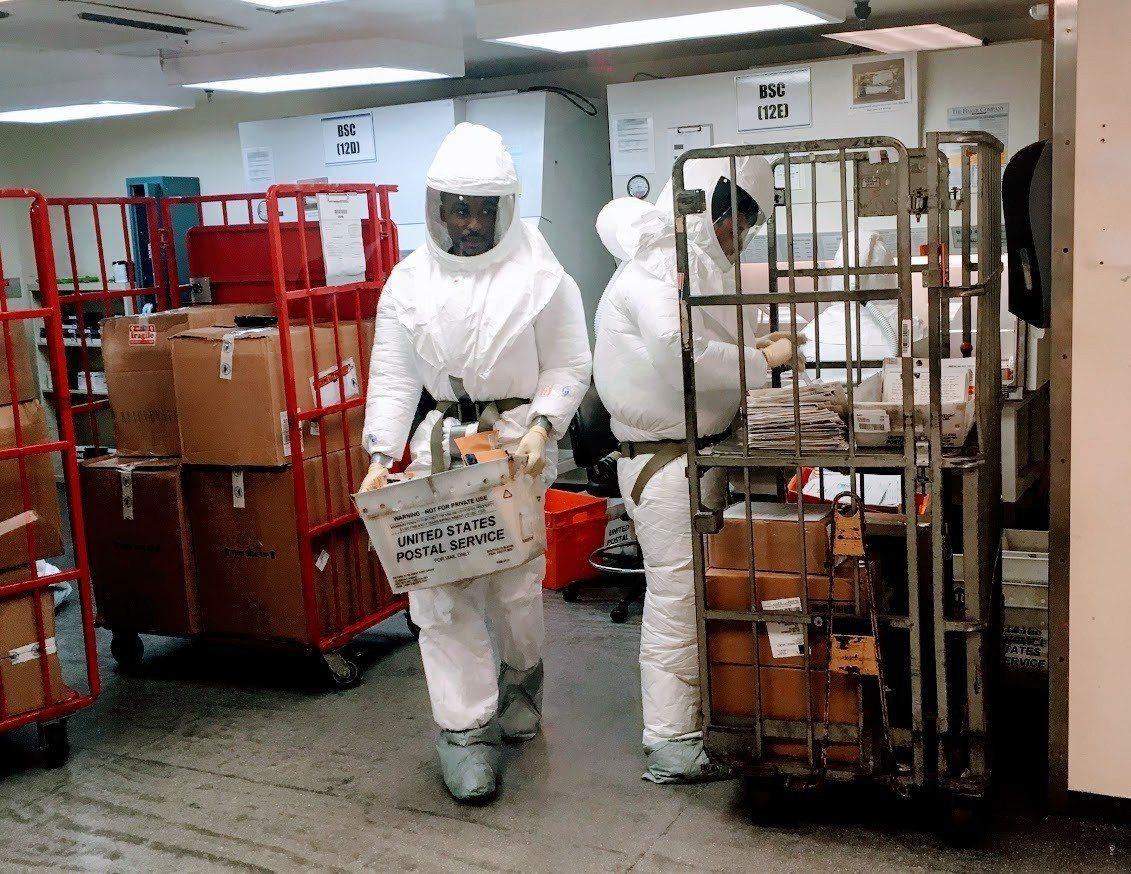 白宮和美國國防部1日收到可疑包裹,圖為穿戴防護衣的國防部人員檢查送達國防部的信件...