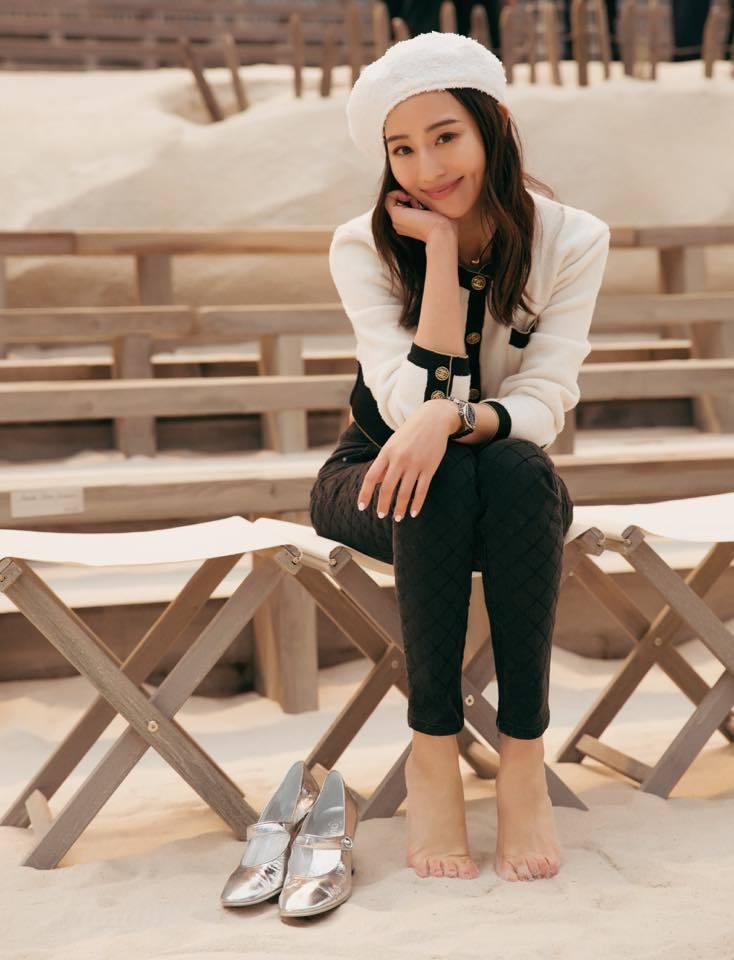張鈞甯以一身黑白色外套配褲裝搭貝蕾帽,展現乖巧文藝風。圖/摘自臉書