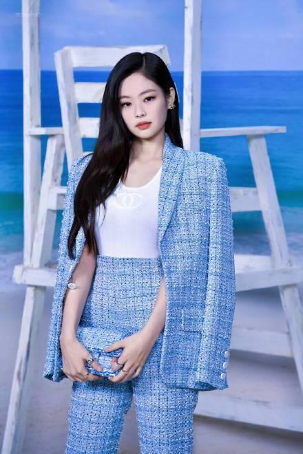 韓國女團BLACKPINK的Jennie,則穿了粉藍色調的斜紋軟呢褲裝,清新甜美...