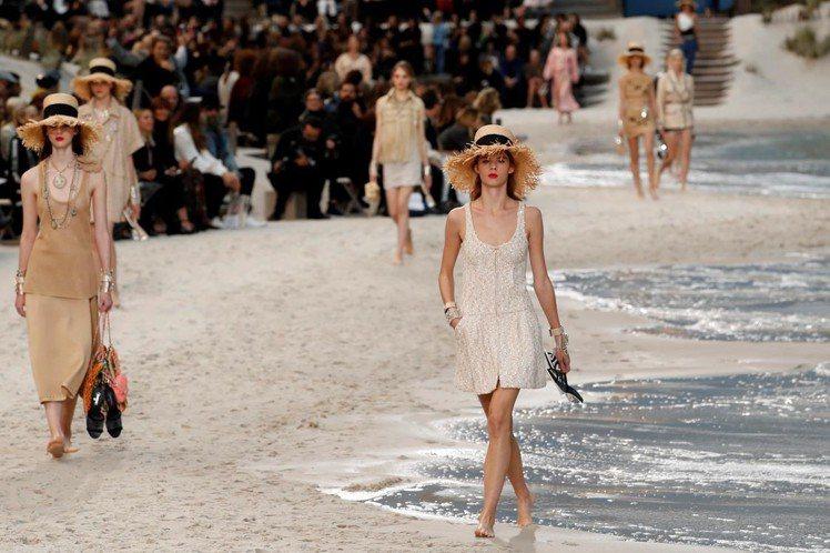 巴黎時裝周重頭戲,迎來了香奈兒時尚海灘!巴黎大皇宮在香奈兒的巧手打造下,化身充滿...