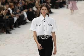 logo無處不在,無論是CHANEL字母或是雙C標誌,都可以在服裝和鞋、包、飾品...