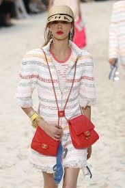 包包的背法也更為多元,無論是一次背雙包或當成項鍊配戴,也都充滿創意。圖/美聯社