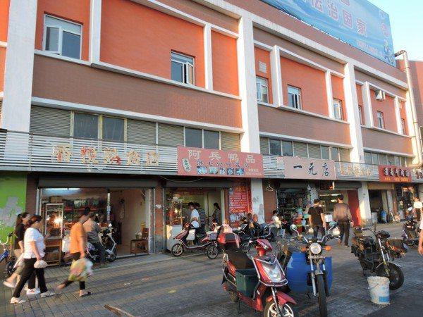 和上海高物價相比,「華碩街」上林立的「一元店」雜貨鋪、隨到隨辦手機店、人民幣10...