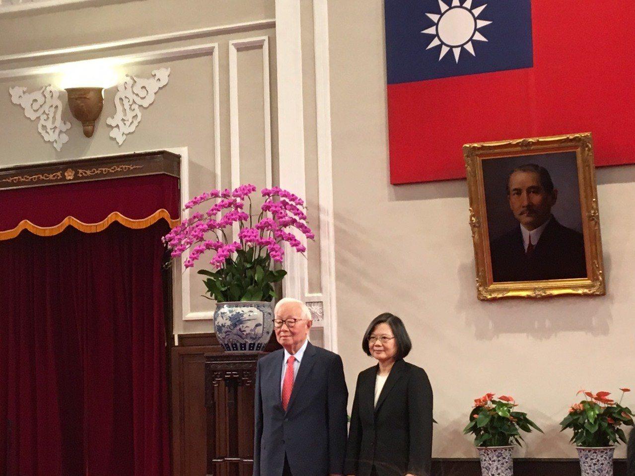 蔡英文總統今天(右)宣布台積電創辦人張忠謀出任今年APEC領袖代表。記者周佑政/...