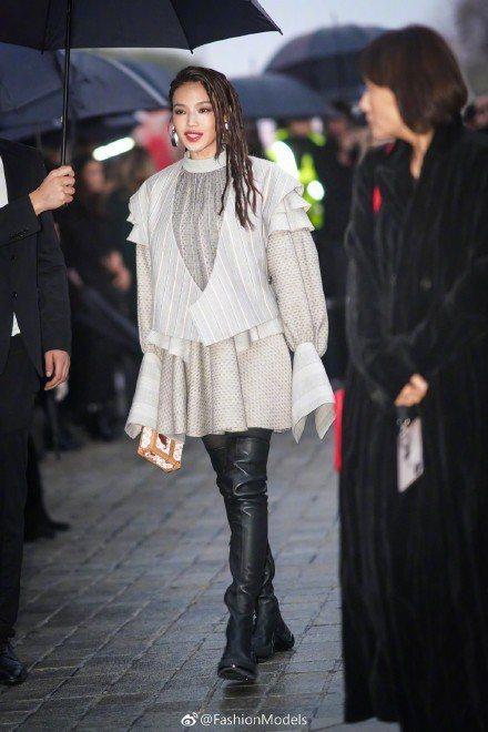 舒淇身穿早春系列前往羅浮宮路易威登2019春夏女裝發表。圖/取自微博