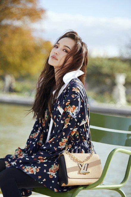 陽光、美景與美人,舒淇在巴黎公園身穿路易威登2019早春系列街拍超美。圖/取自微...