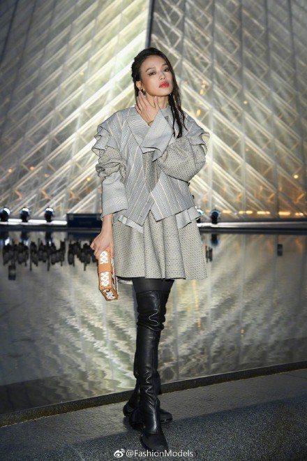 舒淇前往羅浮宮路易威登2019春夏女裝發表。圖/取自微博