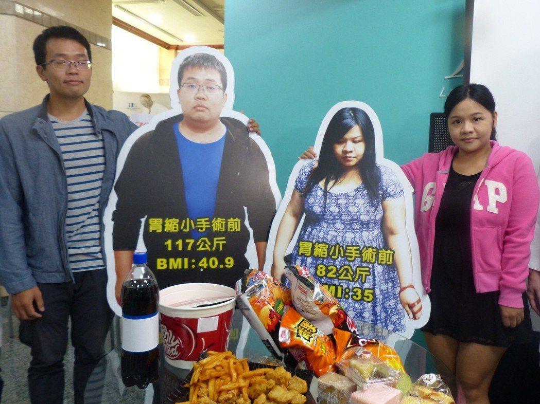 余先生(左1)與妻子 (右1)經過減重手術後,共甩掉了65公斤,站在減重前的立牌...