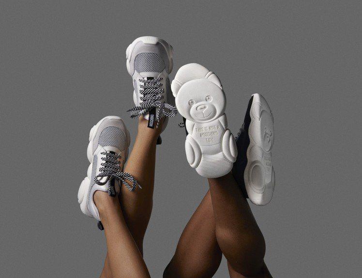 繫帶款混搭材質,使用牛皮、麂皮和網格編織,鞋舌上帶有Moschino商標圖案配上...