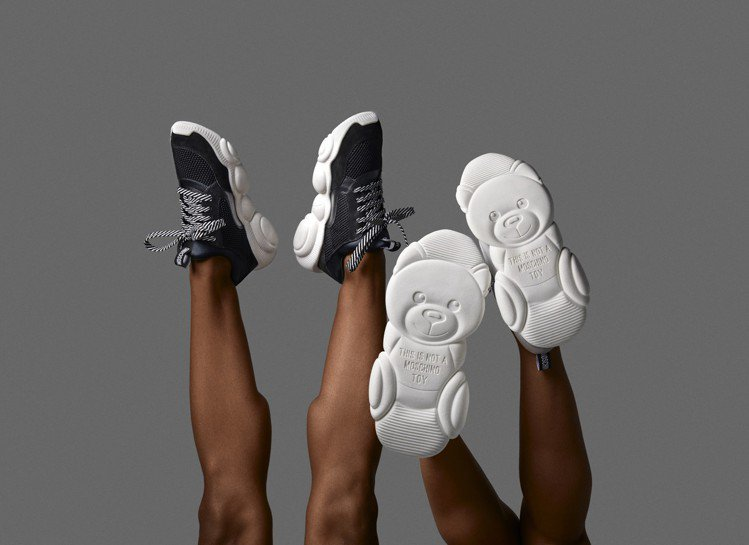 Moschino全新推出「泰迪運動鞋系列」鞋款。圖/Moschino提供