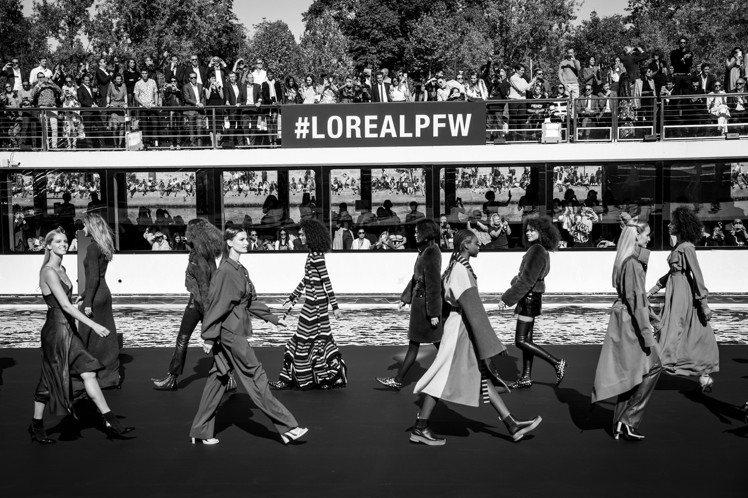 巴黎歐萊雅所舉辦的Le Défilé L'Oréal Paris 造型時裝秀於塞...