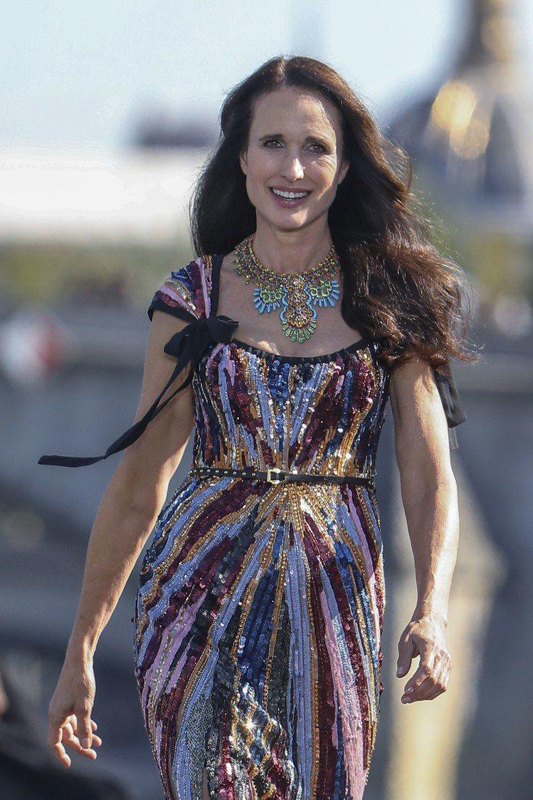 好萊塢資深女星安蒂麥道威爾已經60歲,日前於巴黎時裝周上,配戴蕭邦(Chopar...