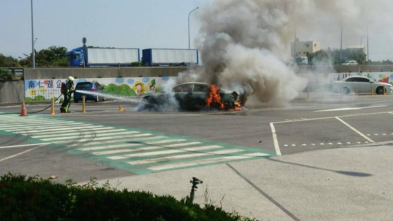 國道西螺服務區今天中午驚傳火燒車,幸無人傷亡。圖/民眾提供