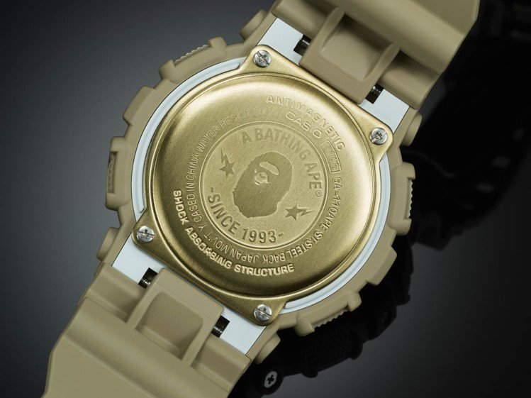 GA-110APE腕表的金色底背蓋同樣刻印有猿人Logo。圖/CASIO提供