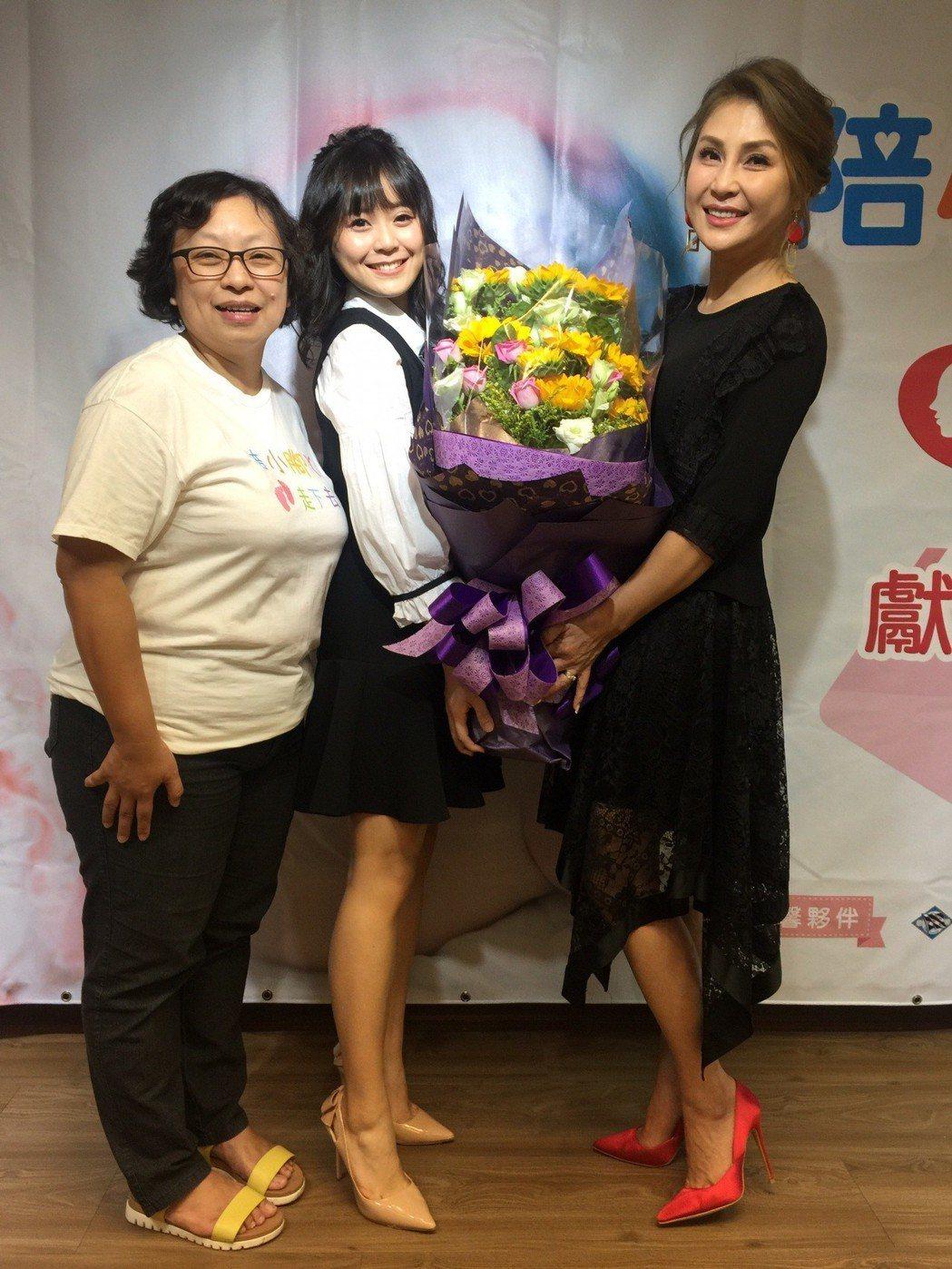 梁又南(右)帶女兒(中)出席勵馨基金會的活動。圖/民視提供