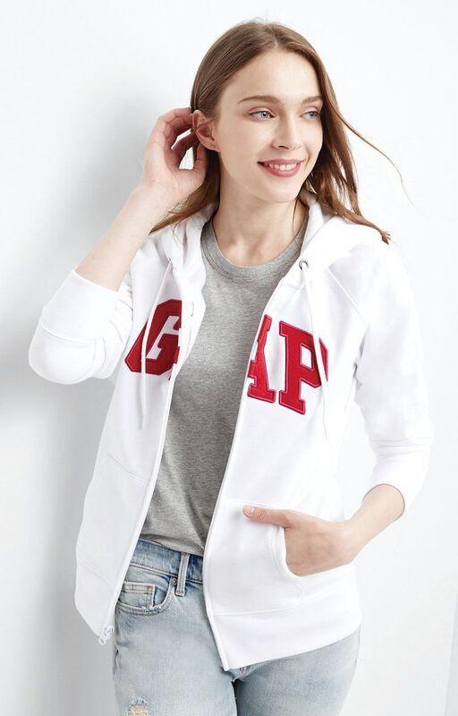 GAP獨家連帽外套,特價899元、原價1,999元。圖/台茂購物中心提供