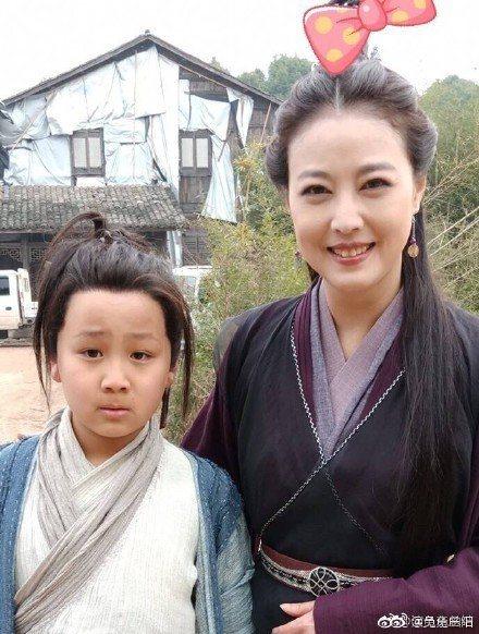 周海媚(右)在新版「倚天屠龍記」中演滅絕師太。圖/摘自微博