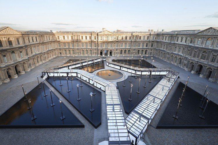 路易威登在羅浮宮中庭搭建的伸展台相當壯觀。圖/LV提供