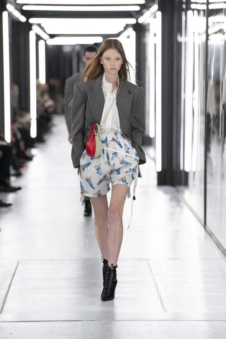 都會西裝、膠印細節短褲與蛋型提包,仍顯出Nicolas Ghesquière熱愛...