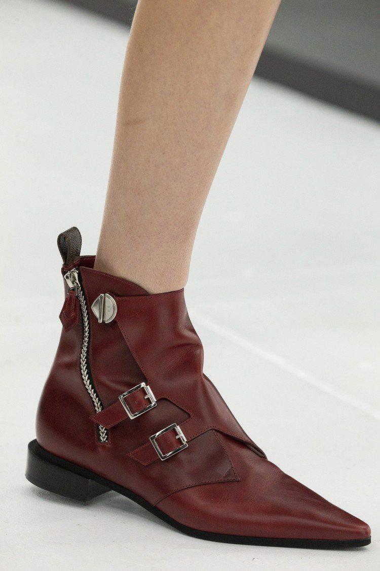 路易威登2019春夏以尖頭、釦飾、拉鍊等打造帥氣又實穿的鞋履。圖/LV提供