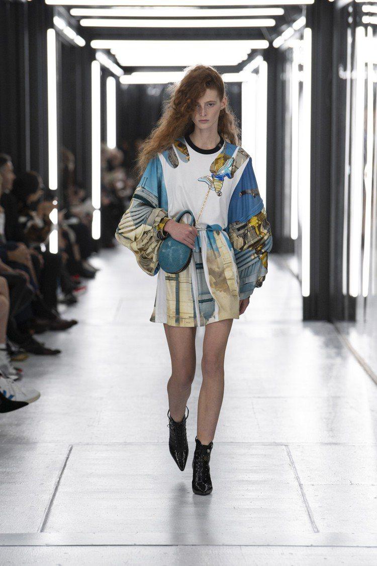 褶襉與像充氣太空衣的緄邊寬袖,以及細節處的PVC膠印圖案,都是春夏季特色。圖/L...