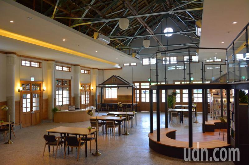 台南市新化公會堂轉型為青少年圖書館,內部有舒適的閱讀空間。記者吳淑玲/攝影