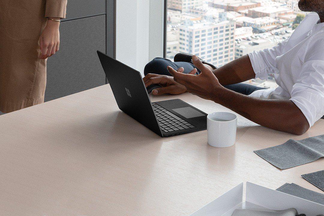 Surface Laptop 2 採用 Intel第8代四核心處理器,同時具備最...