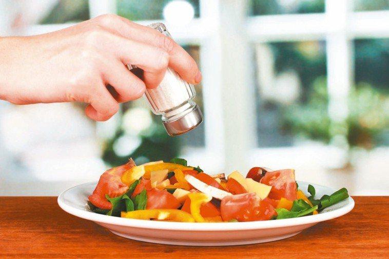 營養師指出,每日限量攝取6公克鹽,有預防心血管疾病效果。 圖/RF123