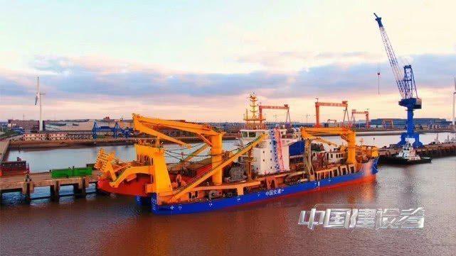 大陸新進下水的大型「造島神器」─自航式絞吸挖泥船「天鯤號」。 圖/取自建設者中國