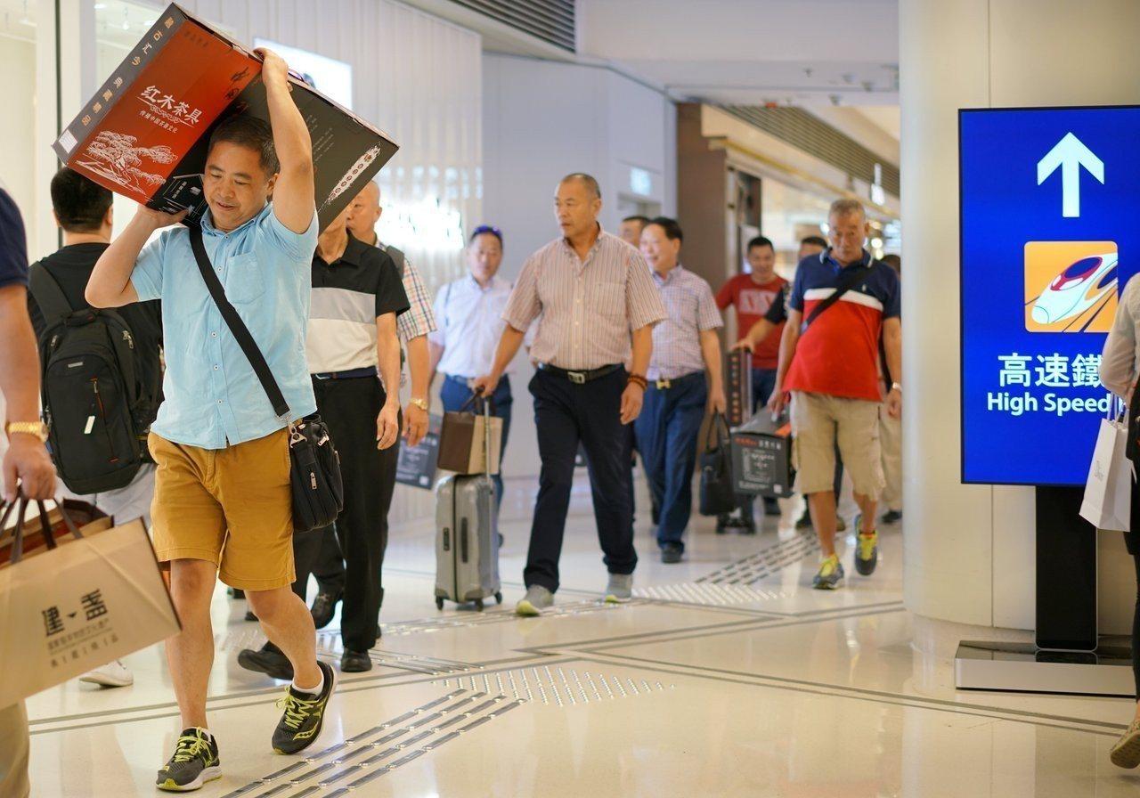 高鐵香港西九龍站和附近的圓方商場迎來眾多內地遊客。長假期間,經高鐵西九龍站出入境...