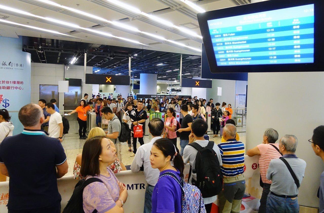 高鐵香港西九龍站迎來大批中國內地旅客,其中以深圳和廣州等地出發的短途客為主。據香...