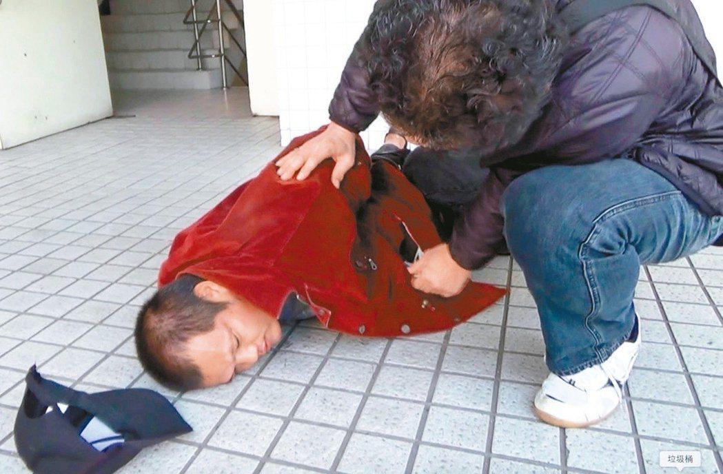 劉志明姦殺退休女老師、還咬掉死者乳頭。圖為他當年被警方逮捕的照片。 記者劉星君/...