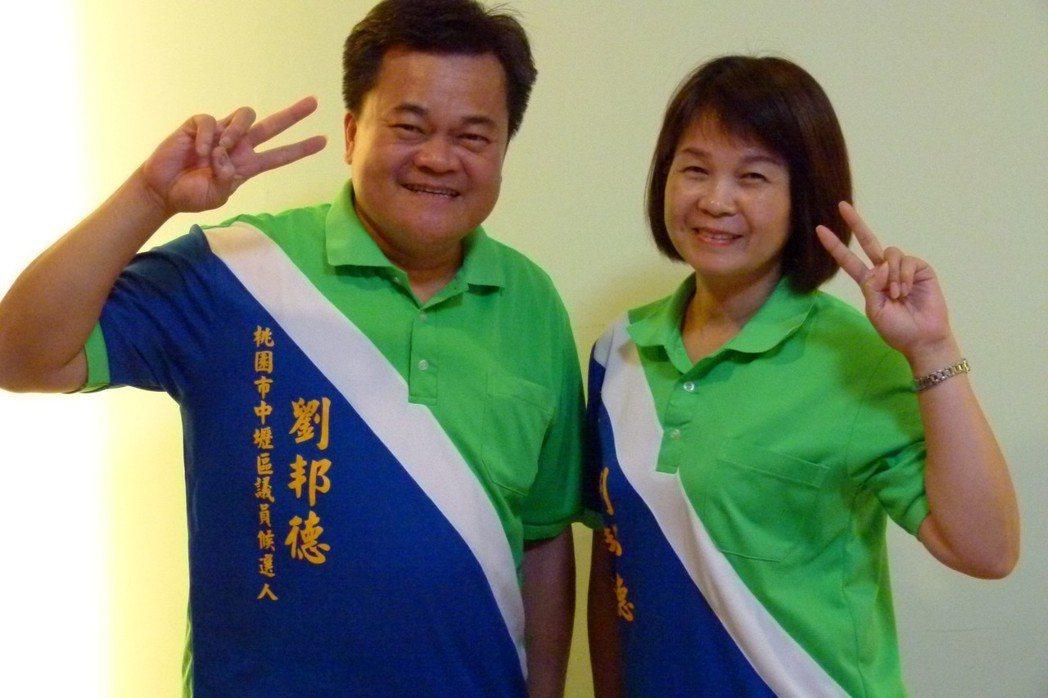 桃園市議員參選人劉邦德(左)的競選服裝是自己設計,中間有道白色,象徵民意優先。 ...