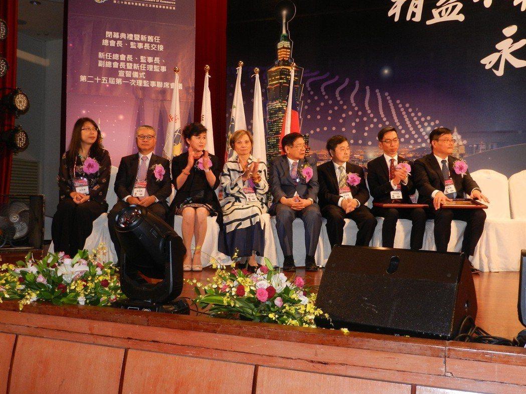 世界台灣商業聯合總會第25屆上任團隊,由右至左為聯合總會總會長游萬豐、監事長許世...