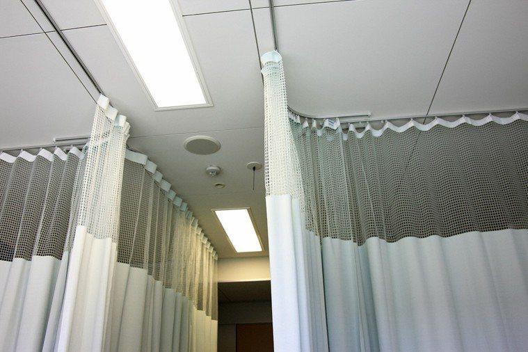 去醫院探病不要順手亂摸窗簾,這幾乎是醫院最髒的地方。 圖片/ingimage