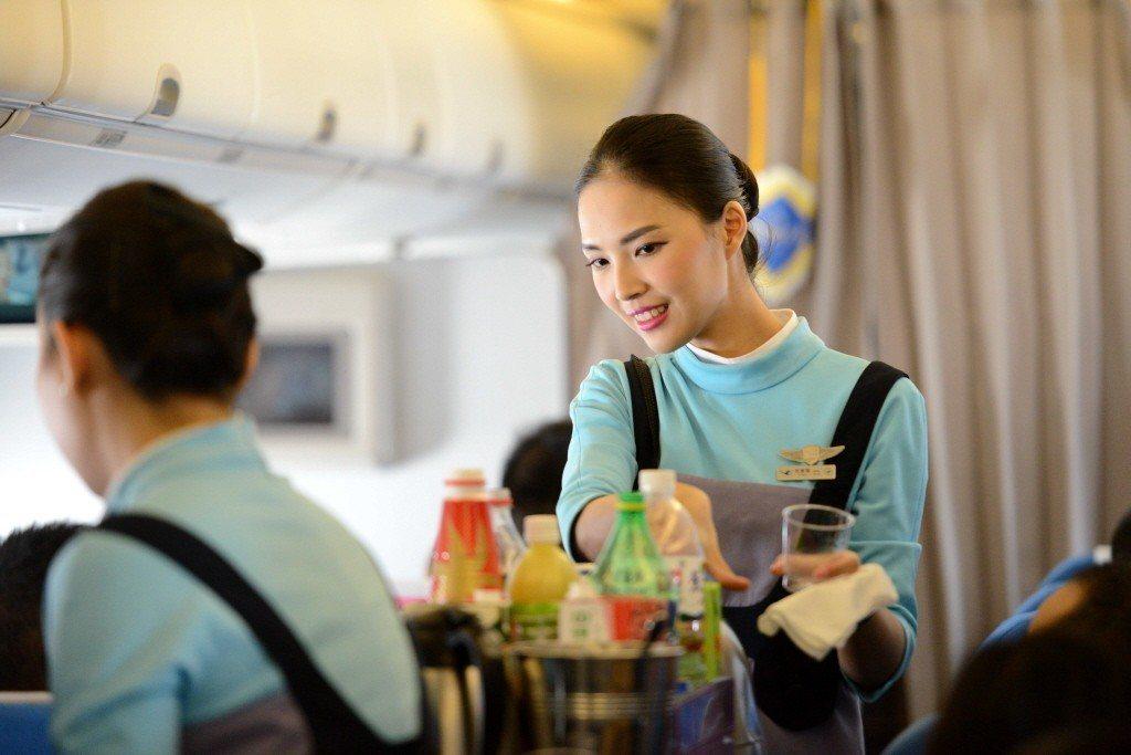 廈門航空空服員。 圖片來源/中新社