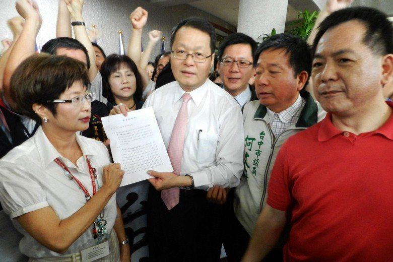 2012年,時任台中市副市長蕭家淇(中)接下陳情書,當場指示性侵害治療專區停工。...